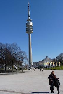 Yolanda e Izan frente a la Olympiaturm.