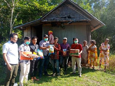 Dg.Nambung Menerima Bantuan Sembako Dari Camat Marbo dan Kepala Desa Panyangkalang
