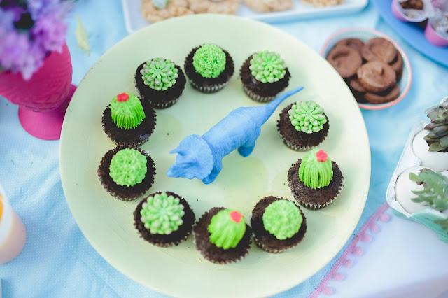 Aniversário Tema Dinossauro - Meninas - DIY - Raining Sugar - cupcake - cactos - suculenta