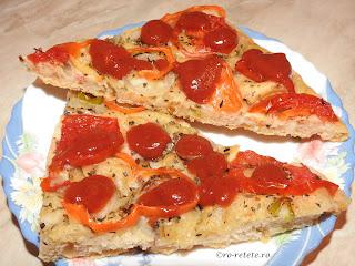 Retete culinare pizza de casa vegetariana de post cu multe legume ardei rosii ciuperci masline si branza tofu reteta traditionala taraneasca italiana,