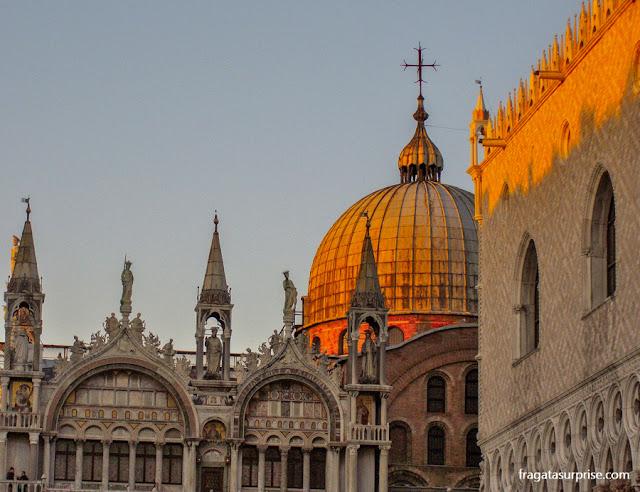 A cúpula da Catedral de San Marco dourada pelo sol poente