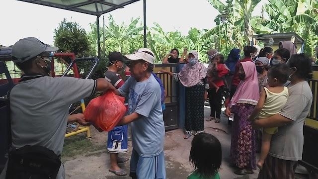 Universitas Widya Kartika Surabaya Membagikan Sembako Pada Masyarakat Terdampak Covid-19 di RW 6 Dukuh Sutorejo