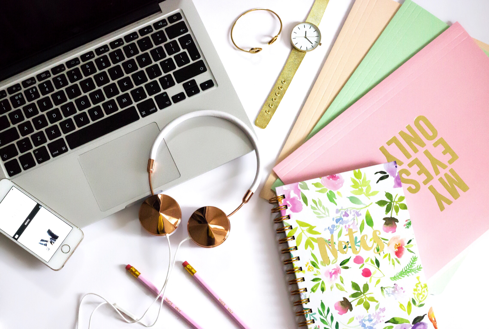 flatlay, desk, organisation, organised, frends, rose gold headphones, interior design, beauty blogger, fashion blogger, lifestyle blogger