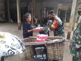 Babinsa Keliling Pakai Sepeda Motor Bagikan Nasi Kotak Dan Masker