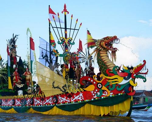 Tinuku.com Travel Isen Mulang Cultural Festival each May in Palangkaraya city presents Dayak cultural and traditional boat race
