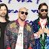 Tomo Milicevic, Shannon Leto e Jared Leto da Thirty Seconds to Mars marcam presença no MTV Video Music Awards 2017 no The Forum em Inglewood, Califórnia - 27/08/2017
