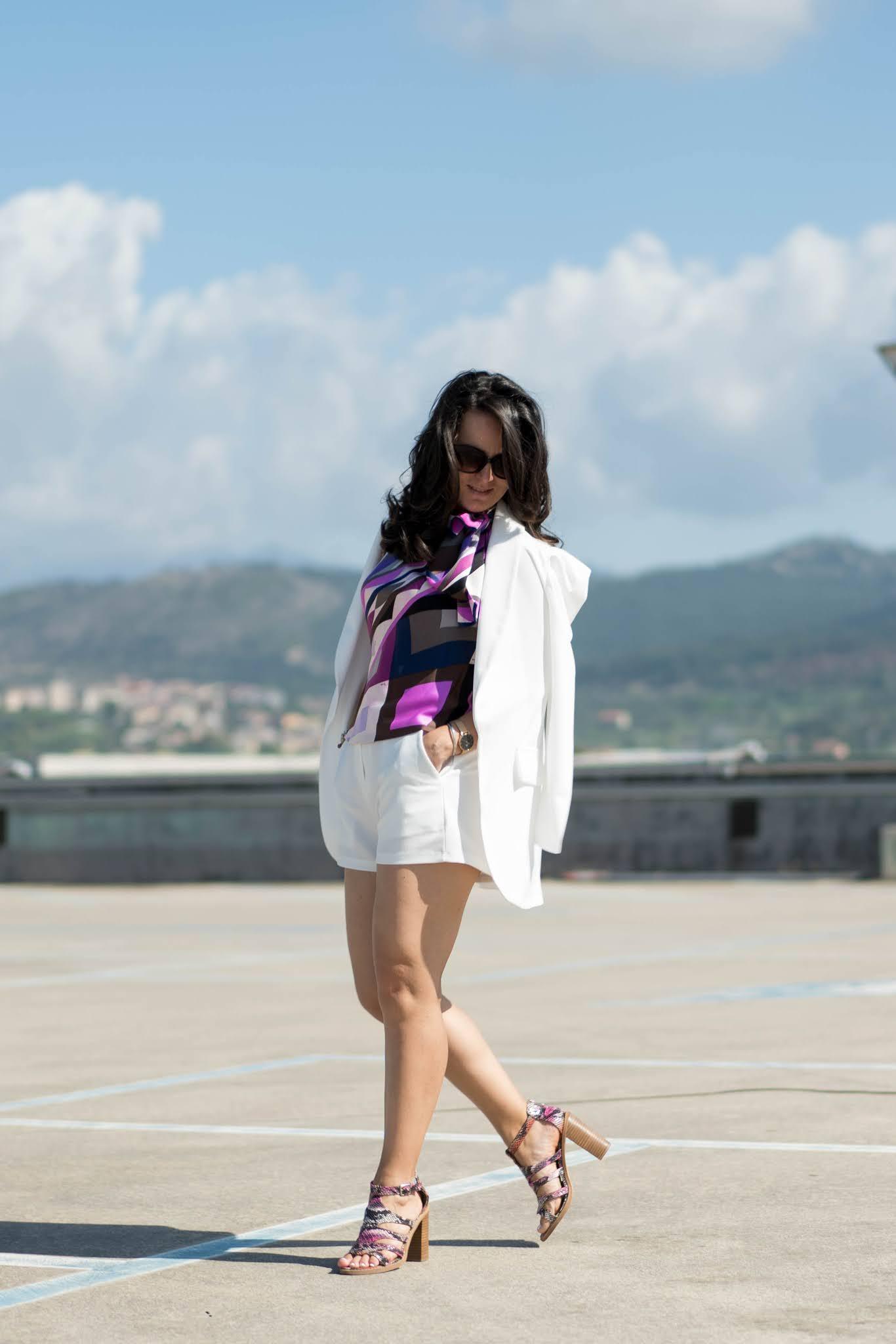look giacca e pantaloncini bianchi