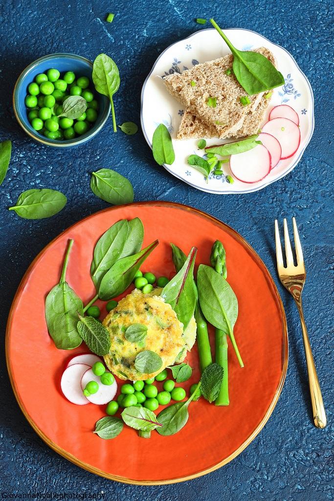 Frittata ai piselli ed erbe aromatiche  con asparagi