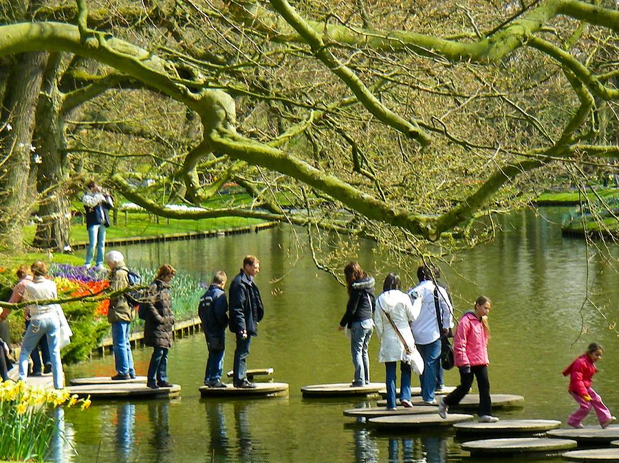Туристы в парке Кекенхоф Голландия