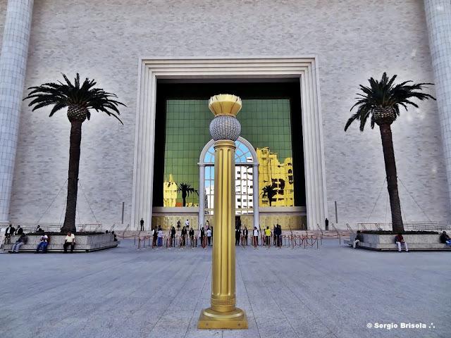 Fotocomposição com destaque para a  poste ornamental, as Tamareiras e o pórtico do Templo de Salomão no Brás