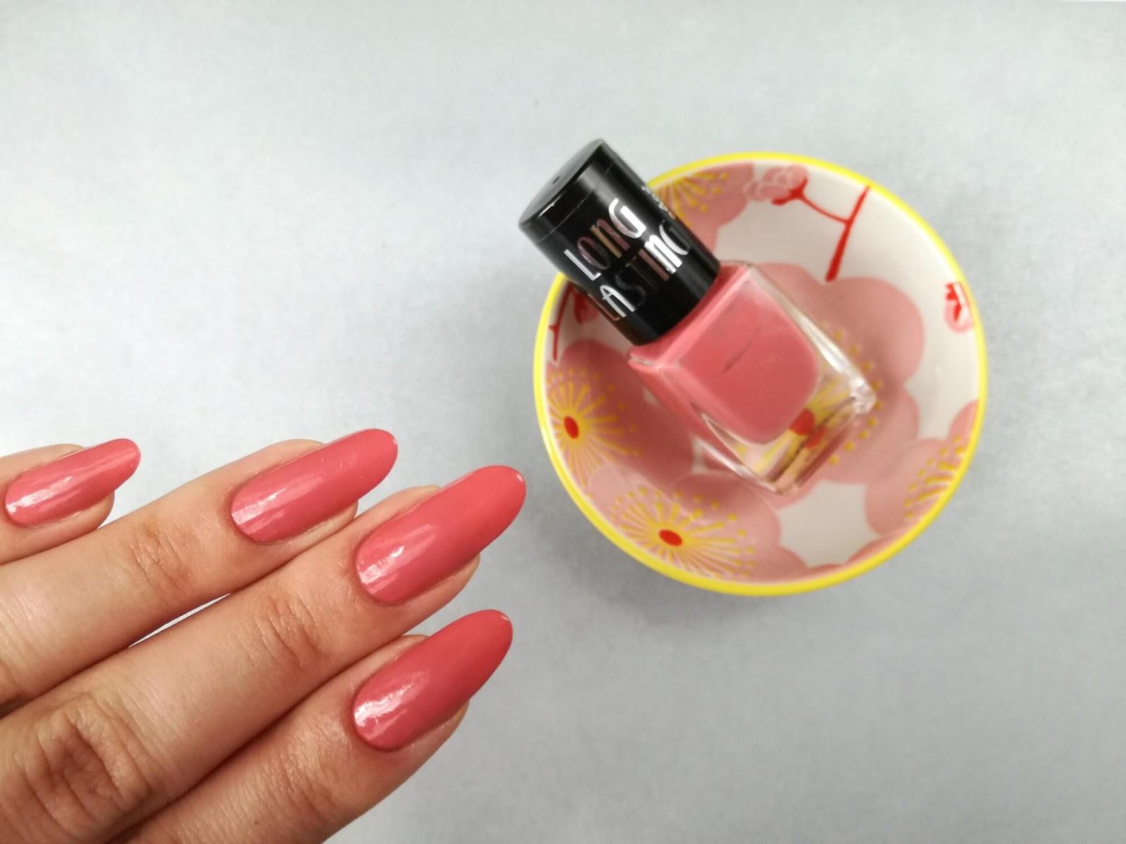 koralowe paznokcie z lakierem Ados
