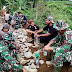 Praka Rajuki Satgas TMMD Ke 108 Kodim 0307/Tanah Datar Redam Kerinduan dengan Menjalin Interaksi Dengan Warga