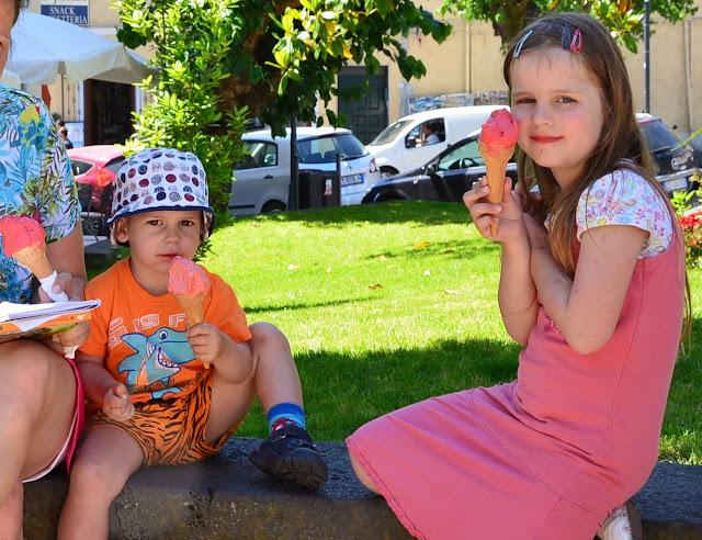 Kinder essen Eis
