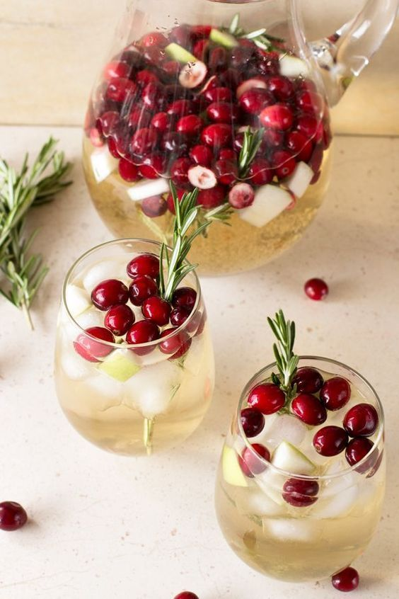 Christmas Sangria Holiday Cocktail #healthydrink #holiday #sangria #cocktail #party