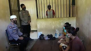 Kapolsek Tellu Siattinge Beri Tausiyah dan Bagi Al-Qur'an, Sajadah Kepada Tahanan