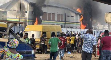 VIDEO:Hoodlums set police station ablaze in Lagos