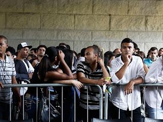 Sob pressão. Bolsonaro recua e muda MP que permitia suspensão de salário de por 4 meses.