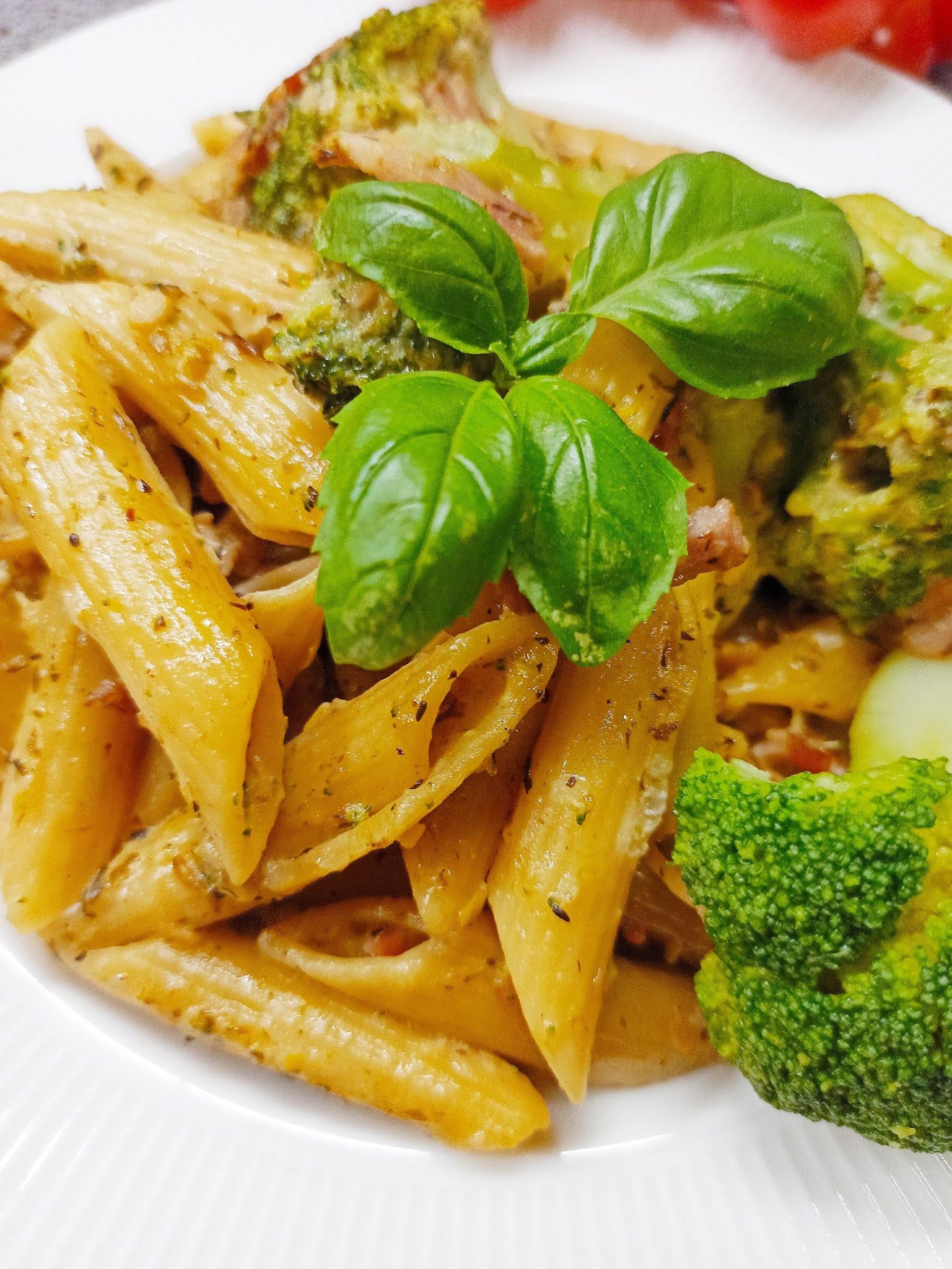 Makaron z brokułami i szynką w sosie serowym