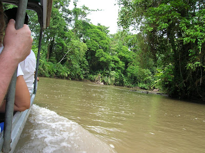 Barca río Tortuguero, Costa Rica, vuelta al mundo, round the world, La vuelta al mundo de Asun y Ricardo, mundoporlibre.com