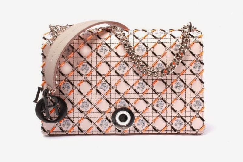 ... acessórios para o Verão 2015 da Dior. O designer da marca Raf Simons,  apresentou uma linha de complementos para mulheres modernas e dinâmicas. d91ac0d248a5