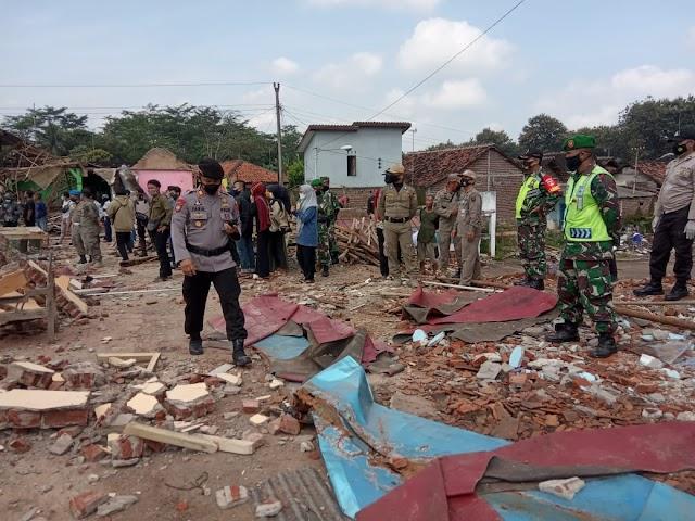 Petugas Gabungan Bantu Pemkab Mengamankan Pembersihan Lokasi Yang Akan di Jadikan Islamic Center Batang