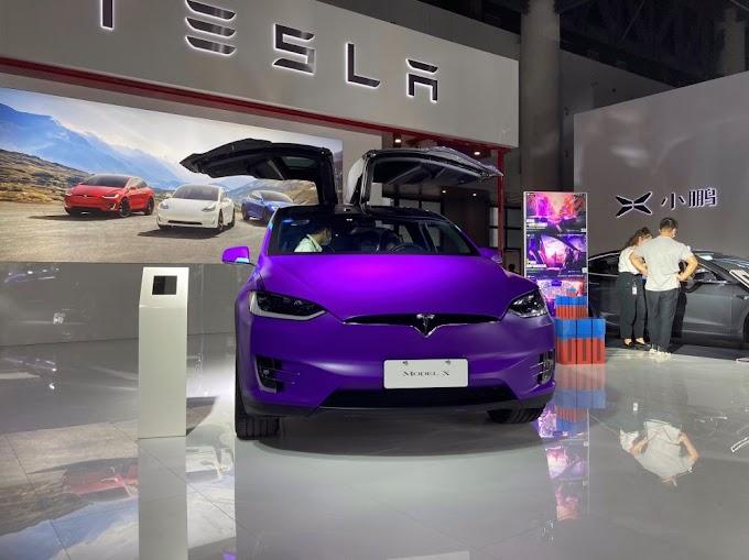 Tesla presenta el model 3 y el model X de color púrpura como parte de una nueva campaña masiva de marketing de videojuegos