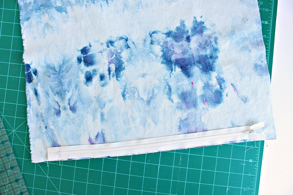 How to sew a pillow with a flapped zipper   @danslelakehouse
