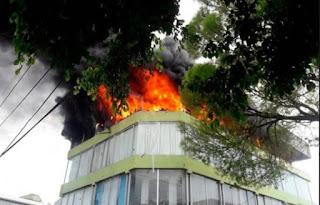 Un fuego de origen desconocido afectó este martes las instalaciones de una mueblería, ubicada en la intercesión que forman las calles Sánchez y Las Carreras, en La Vega.