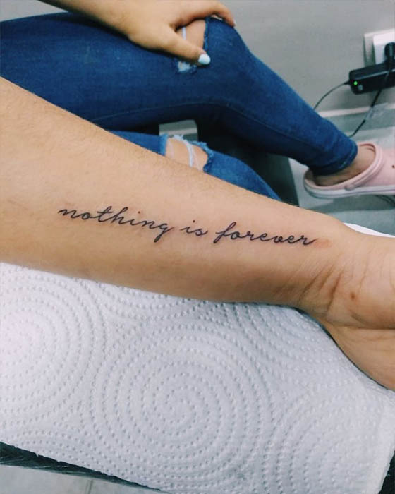 tatuaje frase antebrazo femenino delicado