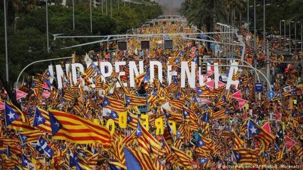 Miles de catalanes marchan por la independencia en la Diada