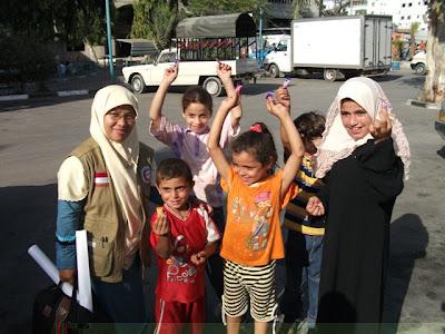 Sinta Yudisia bersama anak-anak Gaza