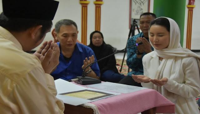 Ikuti Jejak Sang Ayah, Putri Yusuf Hamka Mantap Jadi Mualaf