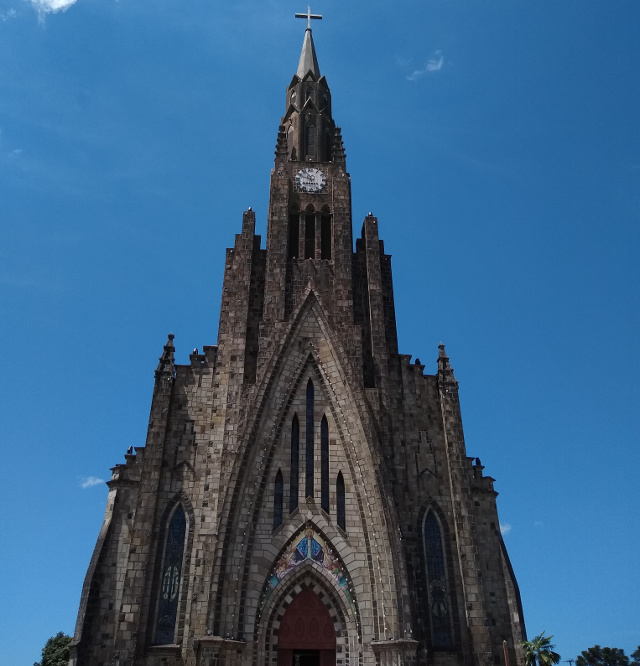 A cathedral in a Gothic style made with stones.
