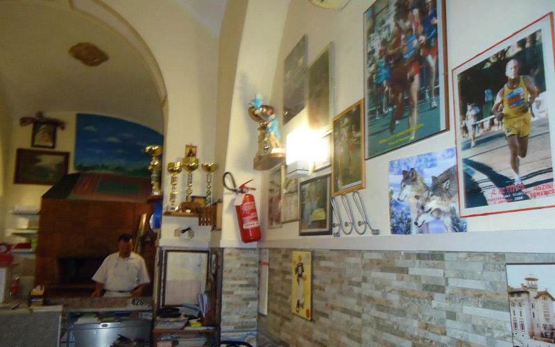Interior de la pizzería Il Podista