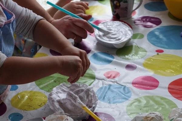 dzieci robią gluty - slime kolorowe z brokatem, jak robić z pianki bez boraksu
