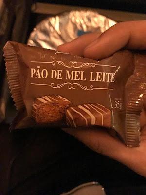 embalagem do pão de mel jantar voo Latam internacional