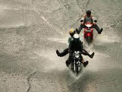 Bagaimana hukum pakaian yang terkena sisa air hujan yang ada di jalanan