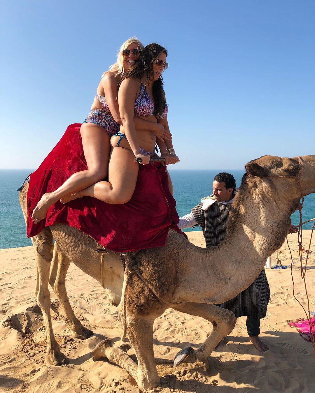 آشلي غراهام مع والدتها في المغرب