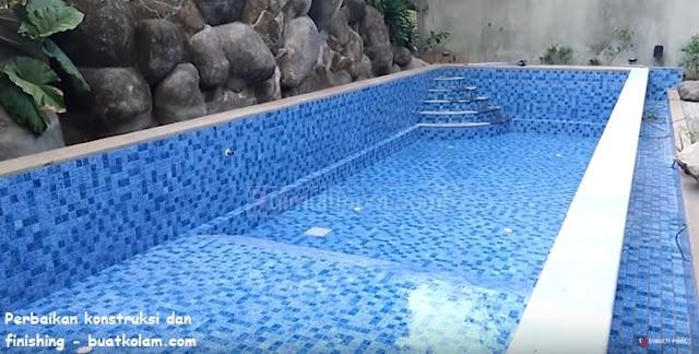 Proses finishing renovasi kolam renang di simprug