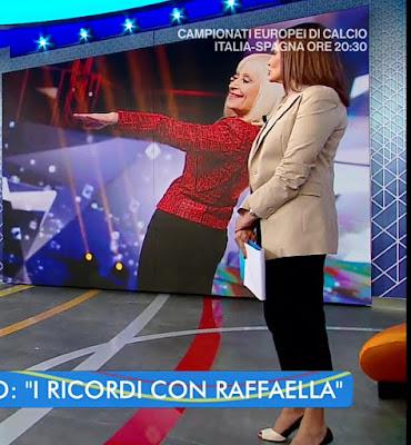Roberta Capua abbigliamento pantaloni neri giacca beige Estate in Diretta 6 luglio