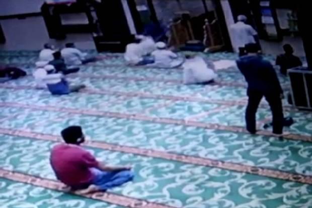 Subhanallah, Pisau yang Dipakai Penusuk Imam Masjid Mendadak Bengkok