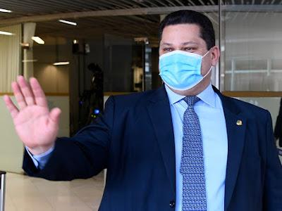 Davi Alcolumbre anuncia devolução de MP que autoriza Weintraub a nomear reitores