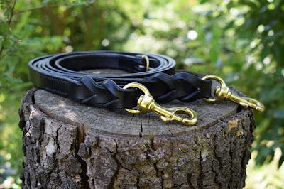 redini in cuoio con moschettoni e intrecci finali per equitazione con fibbia centrale realizzate in cuoio nero con moschettoni in ottone