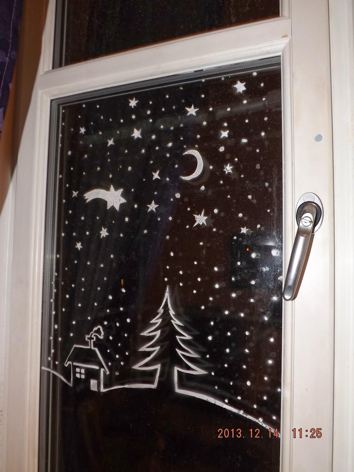 A téli táj már majdnem teljes az ablakon, amit műhó sprayvel készítettünk
