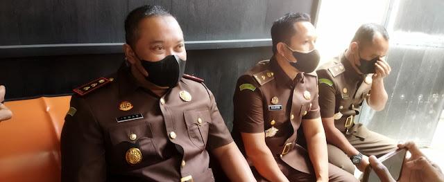 JUMPA PERS: Kepala Kejari Selong, Irwan Setiawan bersama jajarannya saat memberikan keterangan pers terkait kasus korupsi yang sedang ditangani pihaknya.