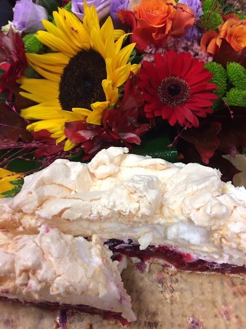 Malinowa chmurka - pyszne ciasto z galaretką, bezą i bitą śmietana