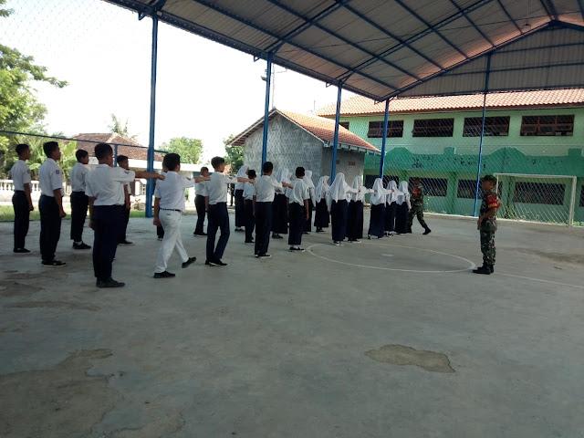 KodimKaranganyar – Serka Bambang Anggota Koramil 05 Mojogedang Latih PBB Di SMP Muhammadiyah 4 Munggur