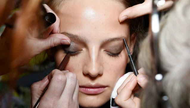 Les dommages causés à la peau par l'application du maquillage expiré