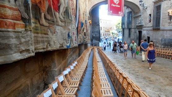 sillas-del-corpus-en-el-arco-de-palacio-en-toledo.jpg