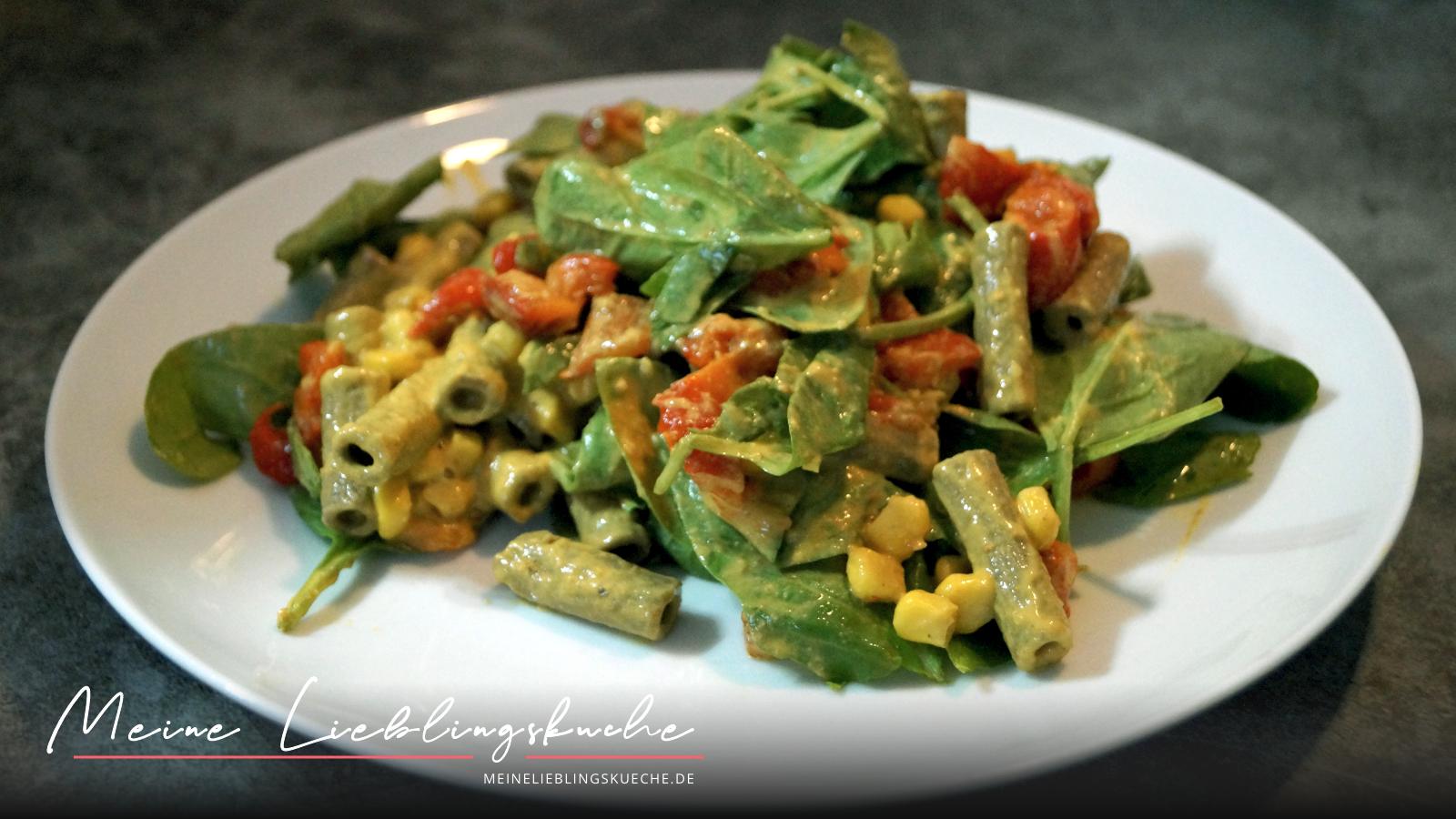 Nudelsalat mit Spinat und geröstet Paprika mit Cashew-Dressing
